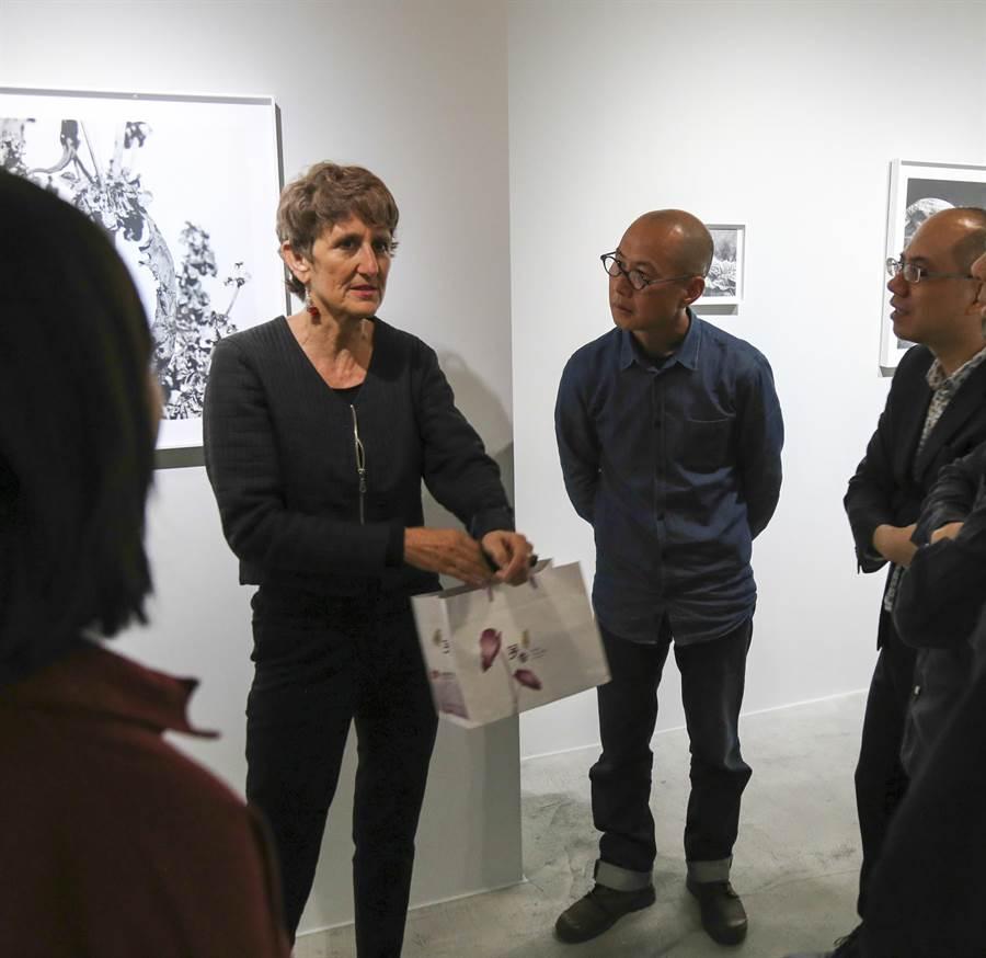《奇島》(Steinholt)策展人莫妮卡.德瑪黛(左二)