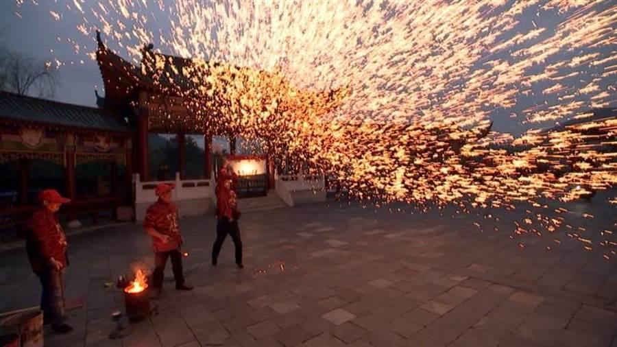 正妹記者張晏塵首戰「打鐵水」就成功,夜空如同絢爛煙火,美景奪目。(照片/張晏塵提供)