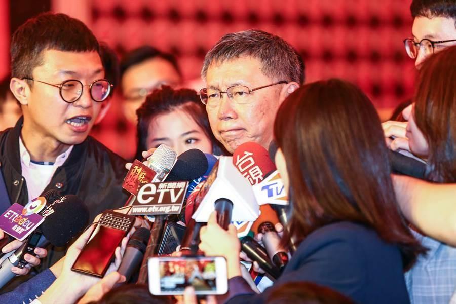 台北市長柯文哲(中)21日出席大甲媽祖北巡駐駕祈福法會,會後媒體追問,會不會選擇當副總統?柯文哲強調,其實副總統只是備位,其實真的做事,台北市長可以做比較多事。(鄧博仁攝)