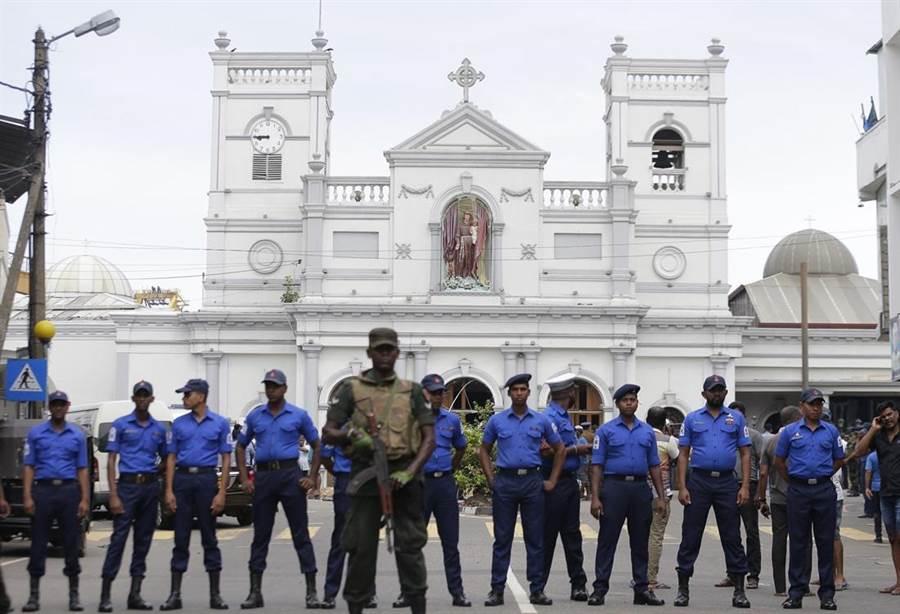 可倫坡爆炸發生後,當地警方管制遭襲擊的聖安東尼教堂。(圖/美聯社)