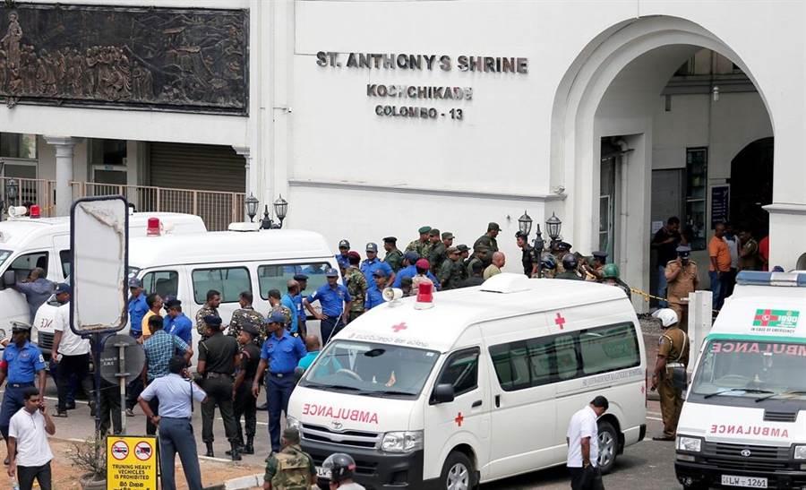 可倫坡爆炸發生後,當地警方管制遭襲擊的聖安東尼教堂。(圖/路透社)