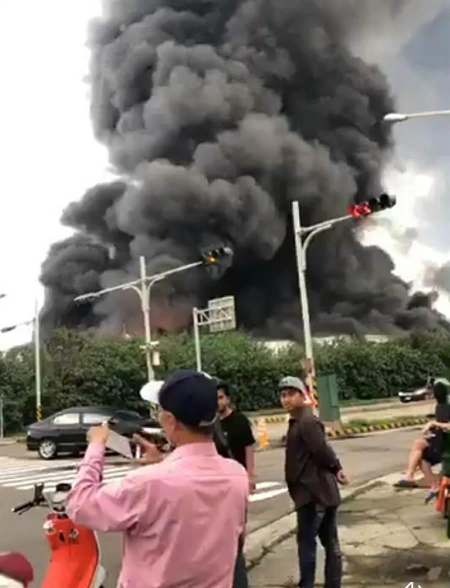 彰化縣線西鄉線工路資源回收工廠21日下午近4時許發生火災,現場傳出爆炸聲,濃墨黑煙直衝30公尺高空,像黑色龍捲風盤旋天際,周遭宛如大塵爆。(吳敏菁翻攝)