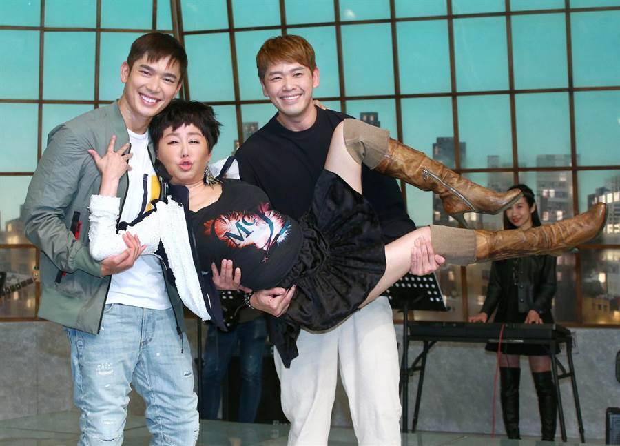 藍心湄性感唱跳〈濃妝搖滾〉,新加坡男星陳羅密歐、黃俊雄伴舞。(粘耿豪攝)
