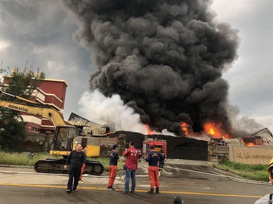 彰化縣線西鄉線工路資源回收工廠21日下午近4時許發生火災,現場傳出爆炸聲,濃墨黑煙直衝30公尺高空。(吳敏菁翻攝)