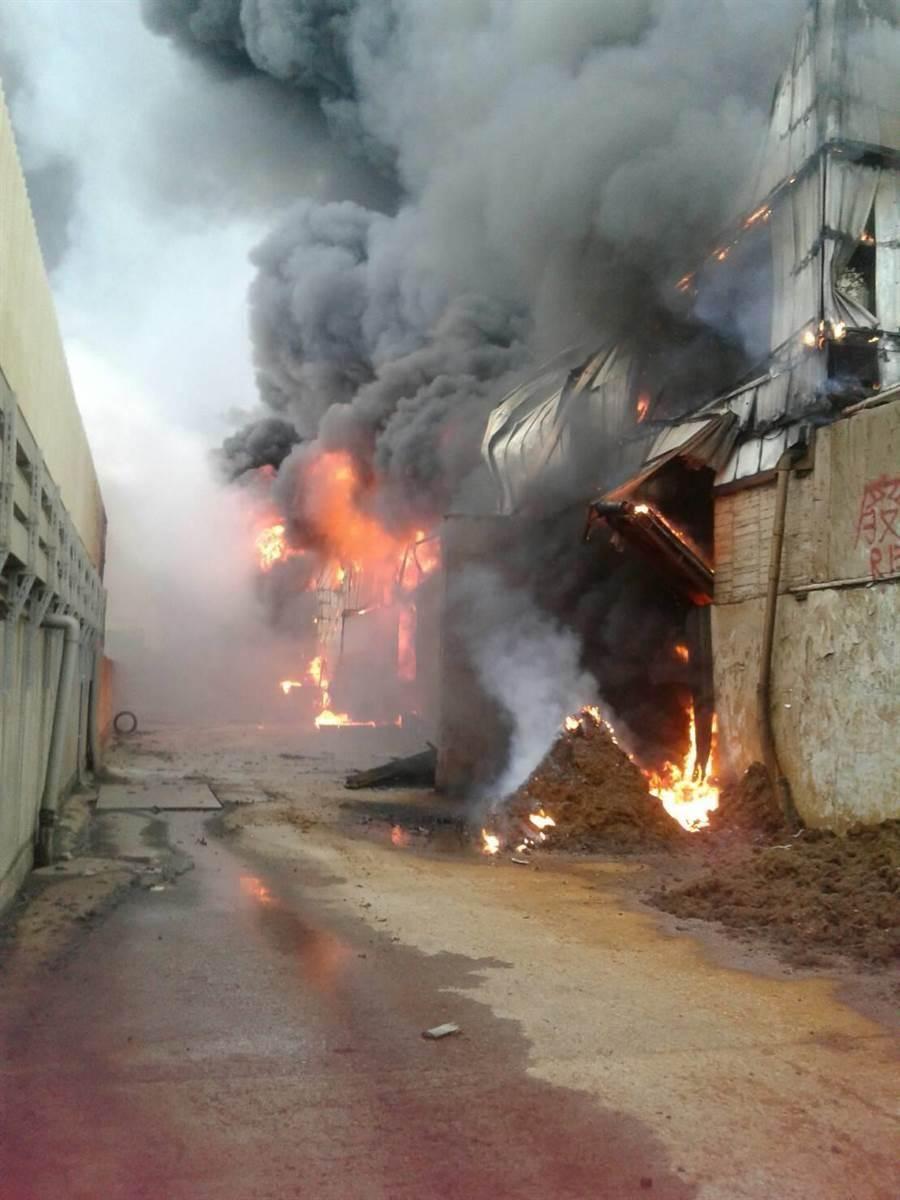 彰濱線西資源回收廠大火狂燒。(吳敏菁翻攝)