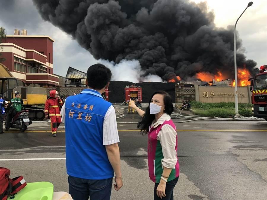 彰濱回收場大火,濃煙瀰漫,民代也趕來關切。(吳敏菁翻攝)