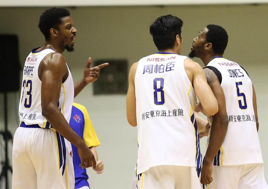 夏普(左)在首節跟瓊斯爆發激烈口角,卻馬上和解領軍裕隆贏球。(中華籃協提供)