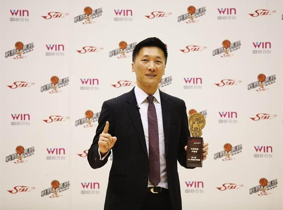 富邦總教練許晉哲生涯第7次獲選年度教練。(中華籃協提供)