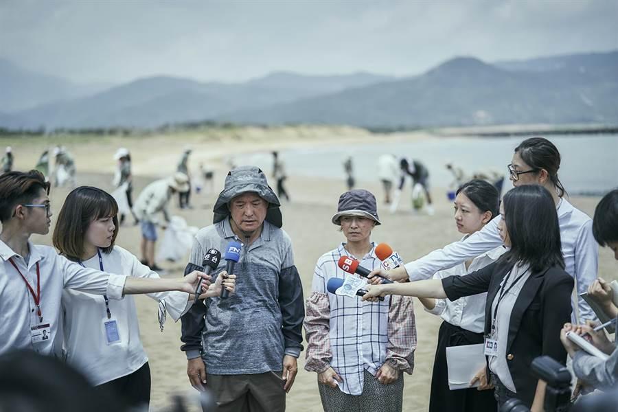 檢場、謝瓊煖飾演的李父、李母主動接受媒體訪問。(公視)