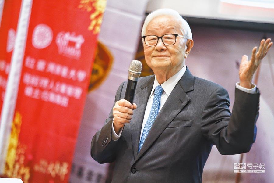 台積電創辦人張忠謀昨到台大演講,被問到對郭台銘70歲選總統有何想法?他妙答「讓年輕人多多貢獻」。(杜宜諳攝)