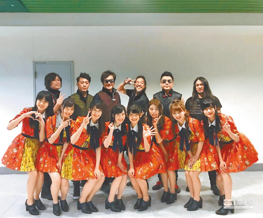 董事長樂團(後排)、AKB48 Team TP昨一同在「2019 SUPER BAND 團團轉演唱會」合唱。