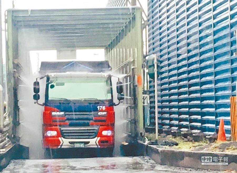 工地另需有洗車設備,工程車離開前需清洗車身,避免將泥沙帶到路面。(高雄市環保局提供)