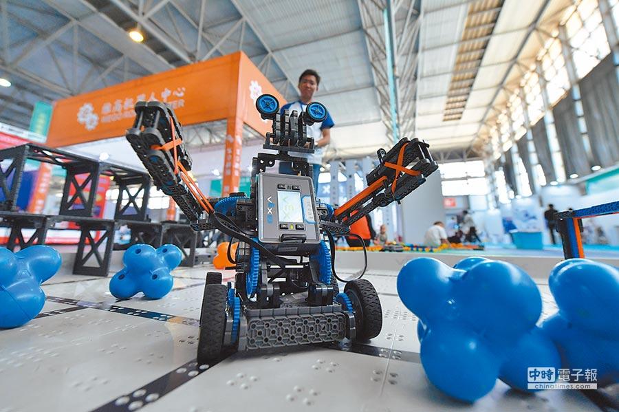 4月19日,國際人工智能與智慧生活應用博覽會(智博會)在昆明開幕,重點展示人工智慧、5G、雲計算等前沿技術及生活中的應用場景。(中新社)