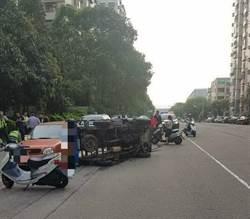 巷口衝出車 貨車閃避翻覆警民破窗救司機