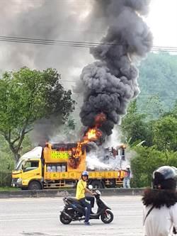 花蓮道路標線車突起火 濃煙竄天