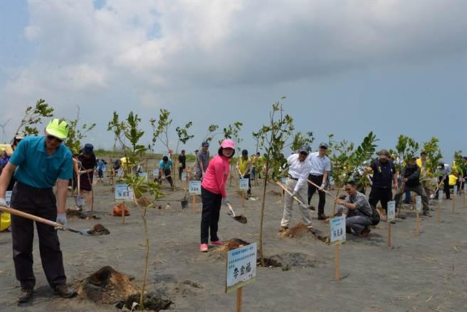 張麗善(前左二)濁水溪植樹,並爭取學校裝設換氣系統守護學童。(張朝欣攝)