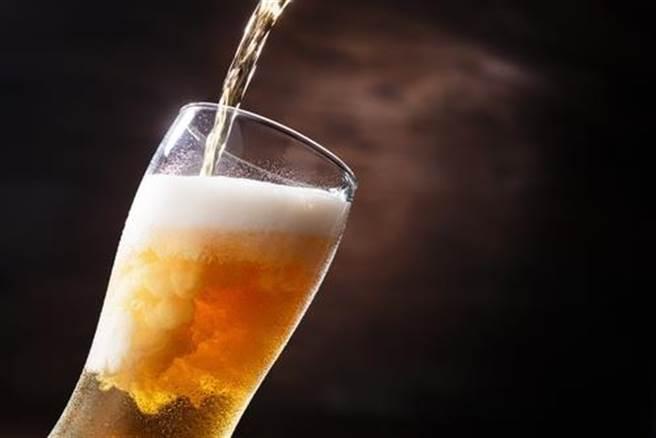 感冒犯酒癮 喝這啤酒能止咳化痰?(示意圖/達志影像)