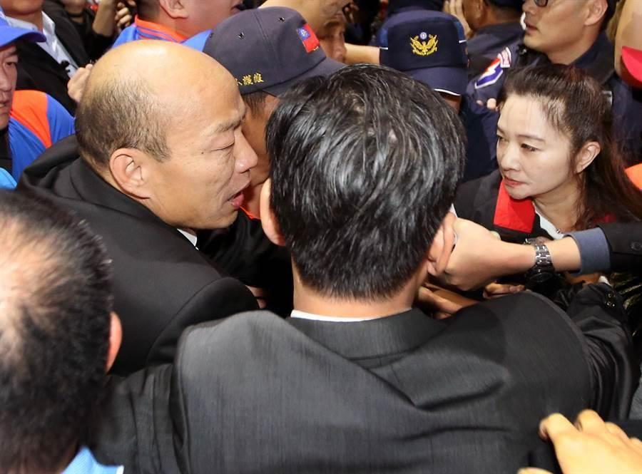 高雄市長韓國瑜(左)18日訪美返台,台北市議員應曉薇(右)率支持者前往接機。(資料照片,范揚光攝)