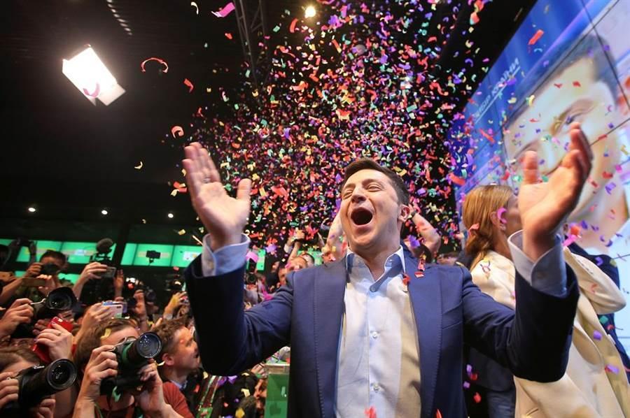 烏克蘭確定變天!喜劇演員出身的政治素人澤倫斯基擊敗現任總統波洛申科,將成為烏克蘭新總統。(圖/路透社)