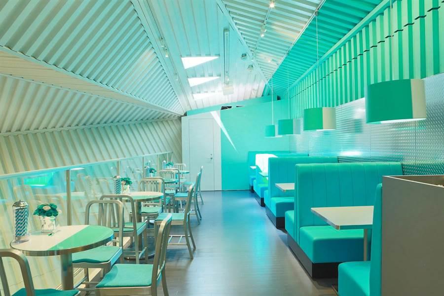 The Tiffany Café @ Cat Street概念店座位都是滿滿Tiffany藍。(圖/Tiffany & Co.)