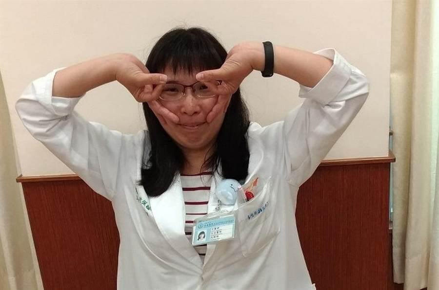 沈佩諠中醫師示範手肘彎曲,手掌往後拉開(反手),做戴眼鏡狀。配合每人手部緊繃程度。(安南醫院提供)