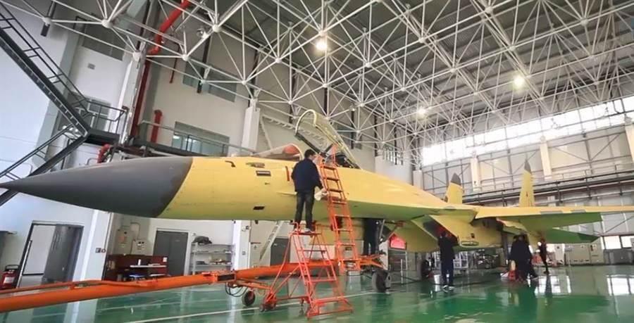 在航空工業試飛中心60周年宣傳片中現身的殲-11D原型。(航空工業試飛中心)