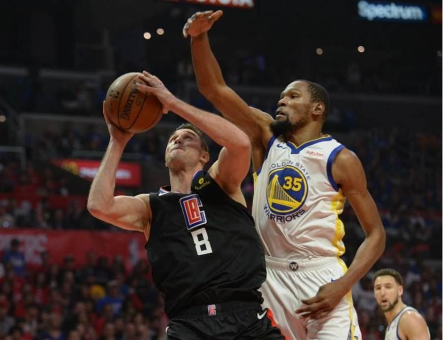 杜蘭特生涯季後賽總得分超越歐拉朱旺,成為NBA史上第13。(路透社)