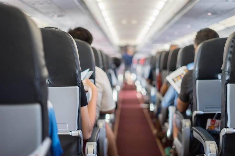 飛機座位上方冷氣孔、椅背托盤餐桌、及安全帶扣,皆被檢驗出是細菌最多前機名。(圖/達志影像)