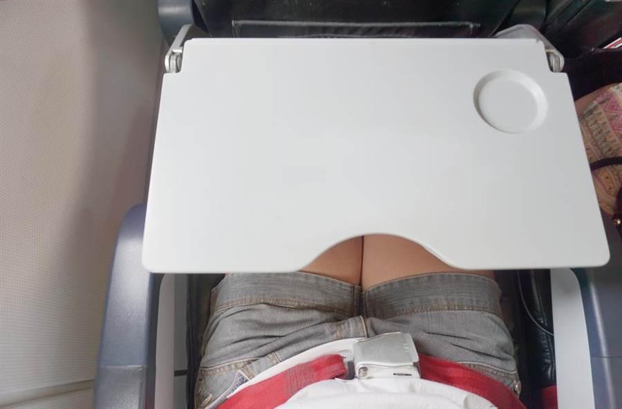檢驗報告指出,飛機椅背托盤餐桌上的細菌數量,比廁所馬桶沖水按鈕高8倍。(圖/達志影像)