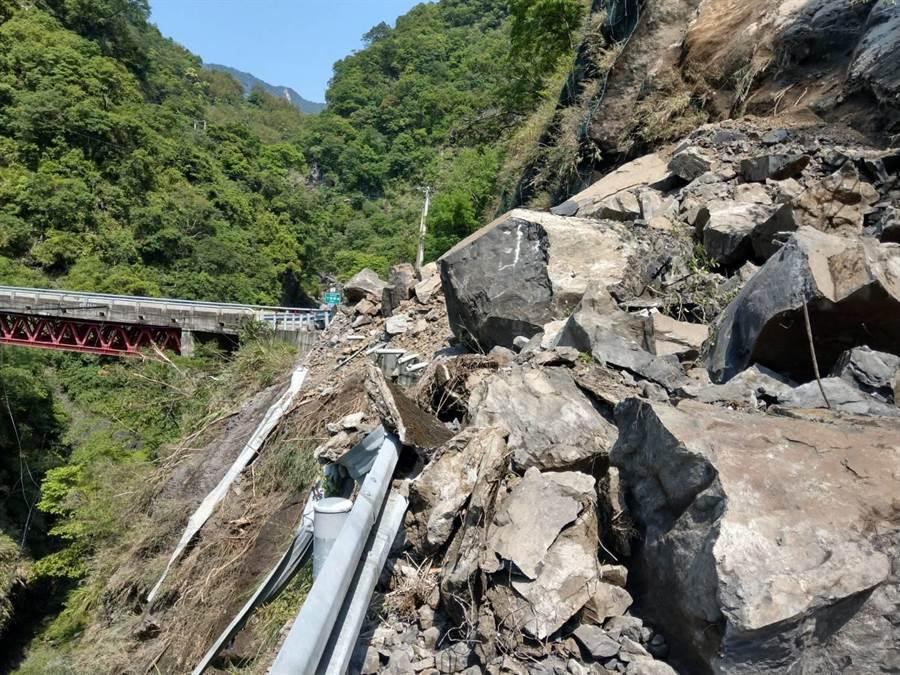 桃園市台七線落石坍方,道路雙向中斷。(警方提供)