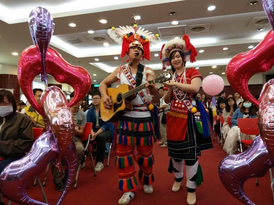 花蓮縣集團結婚記者會,新人代表張志豪、邱佳安唱著情歌進場。(范振和攝)