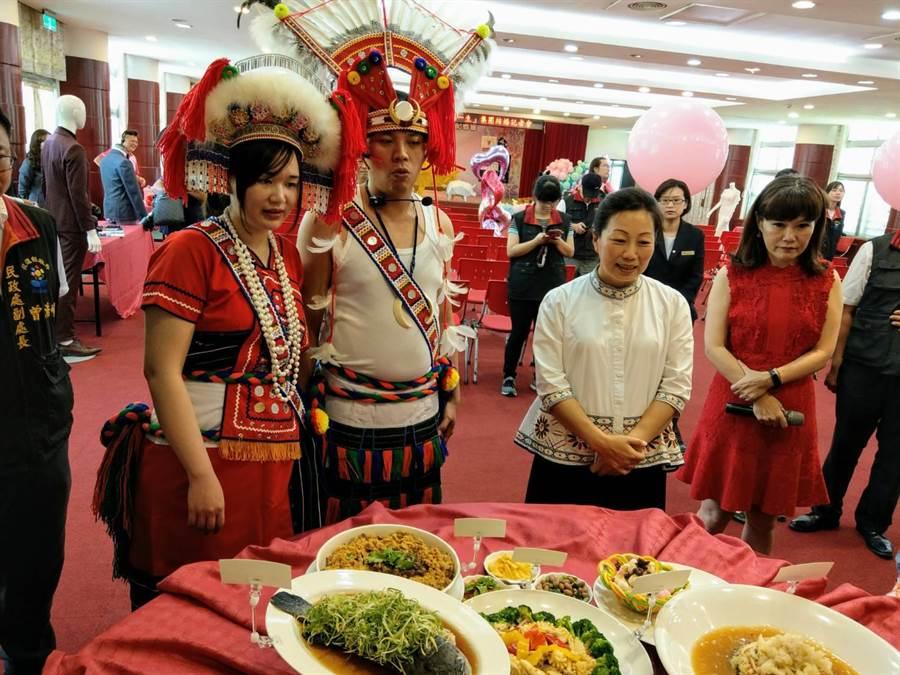花蓮縣長徐榛蔚(右)陪同新人觀賞遠雄悅來大飯店展示的婚宴佳餚。(范振和攝)