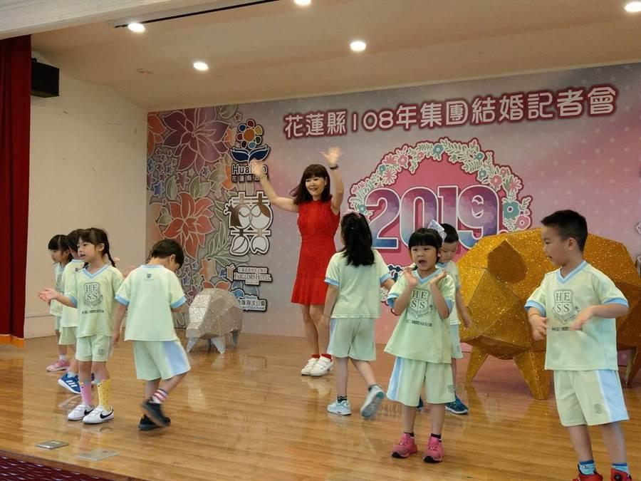 售團結婚記者會節目主持人游琇錦一時技癢,陪著小朋友共舞同歡。(范振和攝)