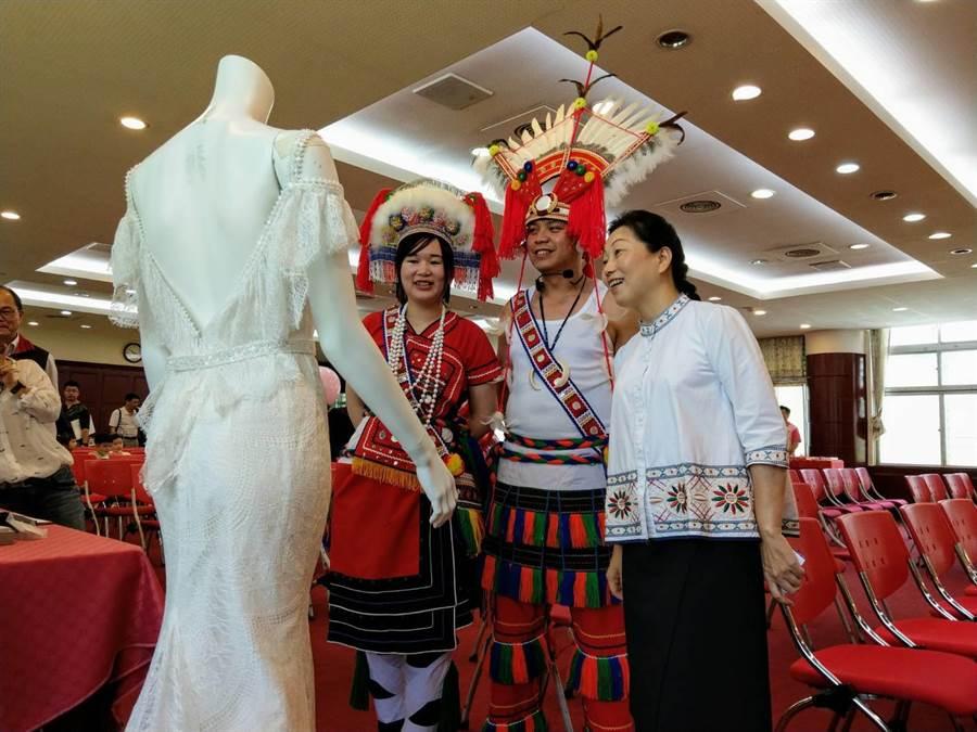花蓮縣長徐榛蔚與新人觀賞莉莉具兒手工婚紗的美麗禮服。(范振和攝)