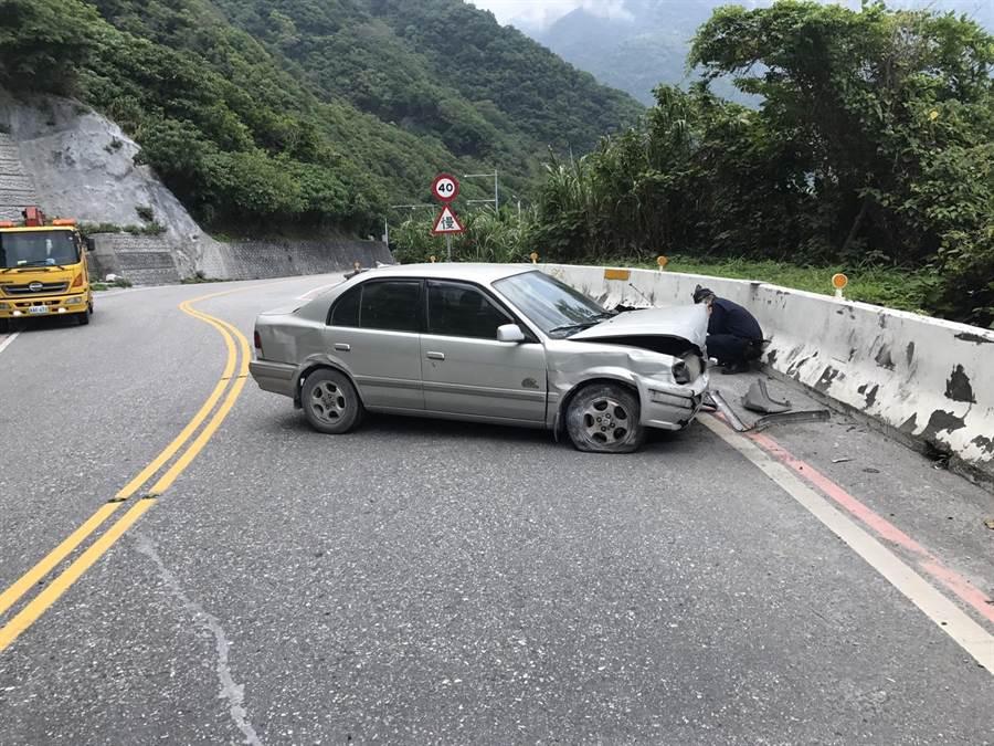 花蓮蘇花公路下午發生小客車自撞山壁,疑似駕駛男子卻稱車不是他開的。(許家寧翻攝)