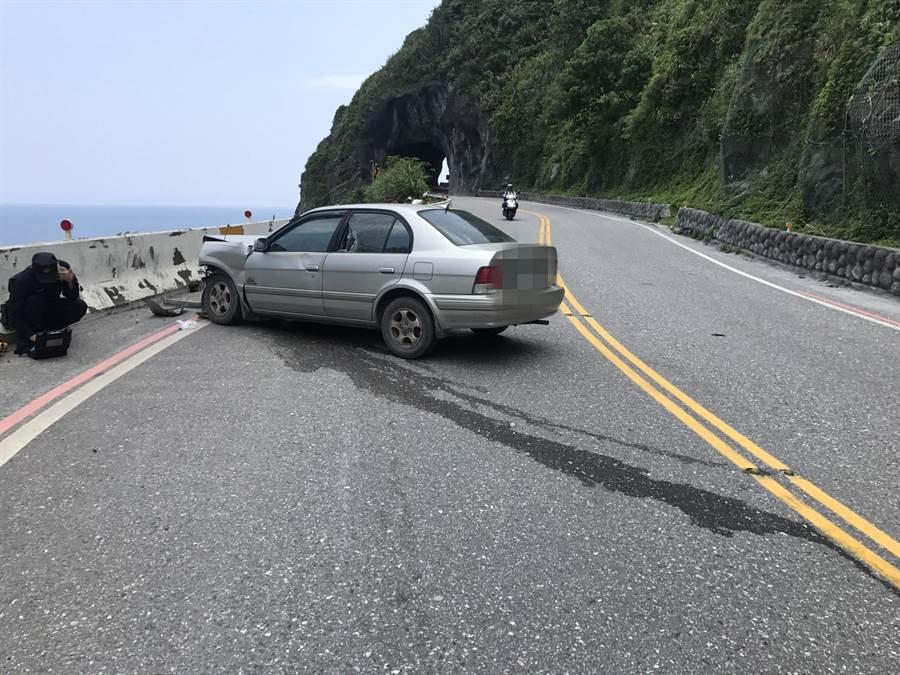 小客車疑自撞山壁,彈至對向車道護欄停止,幸運未撞破護欄落海。(許家寧翻攝)