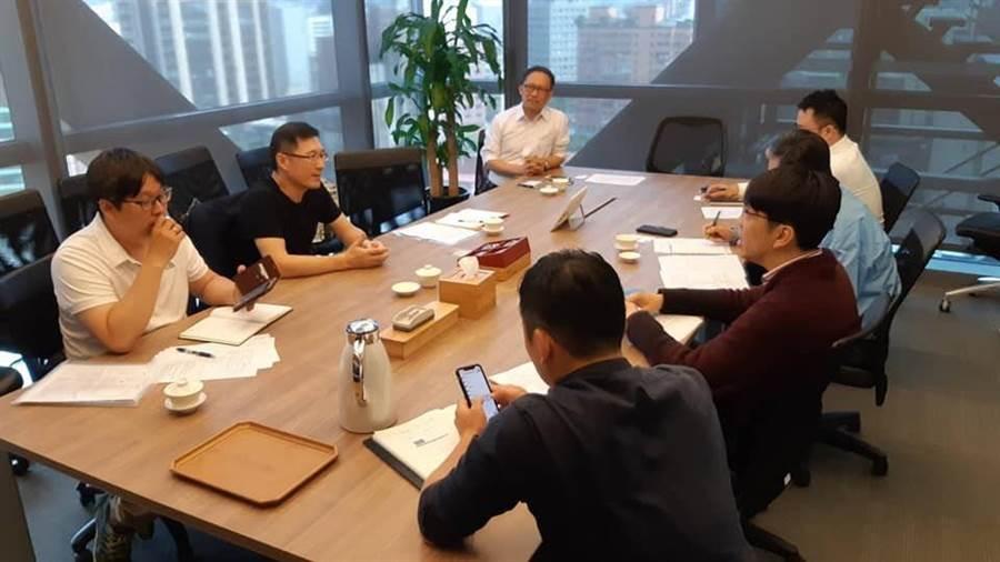 高雄市政府運動發展局與頂新球團會談,並了解球團需求及爭取未來合作空間。(高雄市政府運動發展局提供)