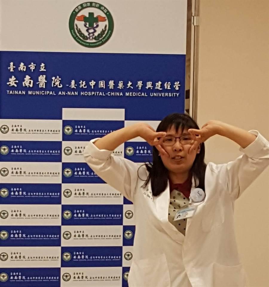 沈佩諠中醫師示範反手戴眼鏡的動作,減少尺神經壓迫。(魏景瀚攝)