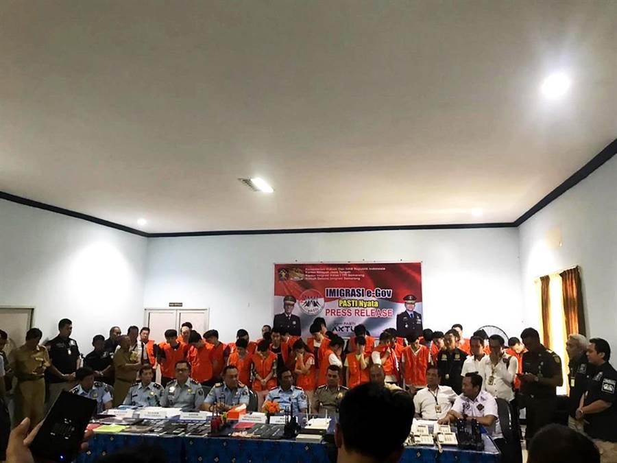 印尼移民局逮捕40名電信詐騙犯,其中12人為台灣人,我駐印尼代表處已積極交涉,盼讓台嫌回台受審。圖為22日印尼三寶瓏移民局召開記者會畫面。(圖/中央社、中華民國駐印尼代表處提供)