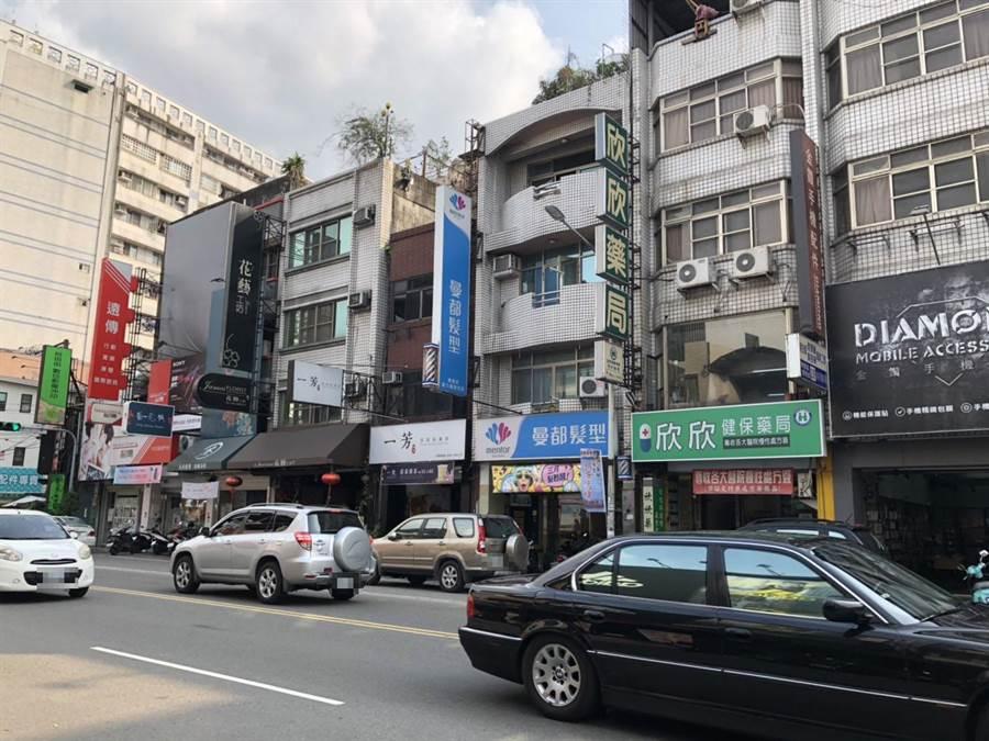 埔里鎮中正路一年違規停車檢舉量高達千件,地方建議改為單向單車道增加停車空間。(廖肇祥攝)