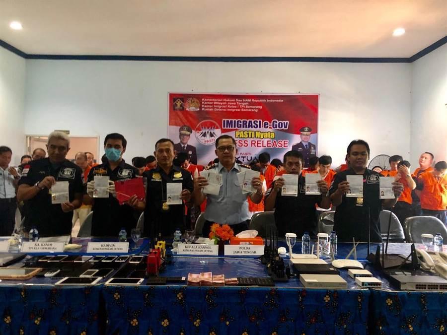 刑事局與印尼合作破獲電信詐騙機房,逮捕40名嫌犯,其中12名台籍、28名陸籍。印尼召開破案記者會。(胡欣男翻攝)