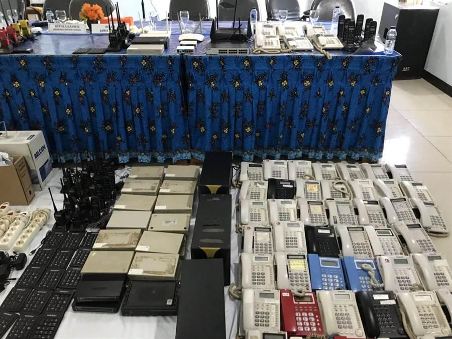 刑事局與印尼合作破獲電信詐騙機房,逮捕40名嫌犯,其中12名台籍、28名陸籍,查扣大批犯罪工具證物。(胡欣男翻攝)