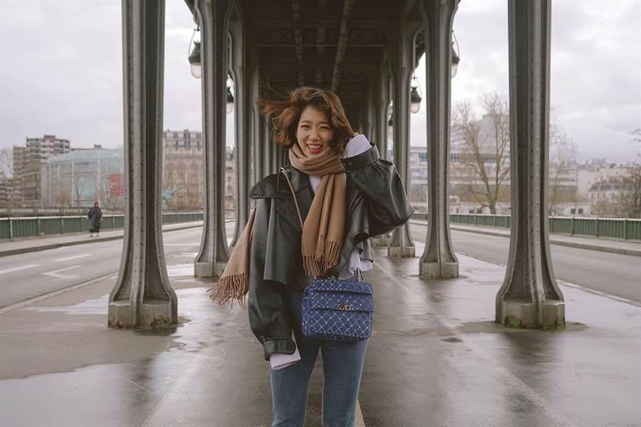 朴信惠之前赴巴黎時裝周時,已穿過這件Maison Margiela黑色皮外套。(圖/IG @ssinz7)