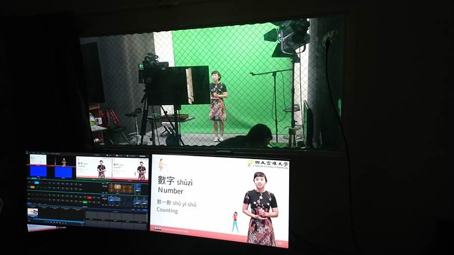 高雄大學推出「菲律賓公民在台學習中心」線上學習課程,圖為錄影情形。(林瑞益翻攝)