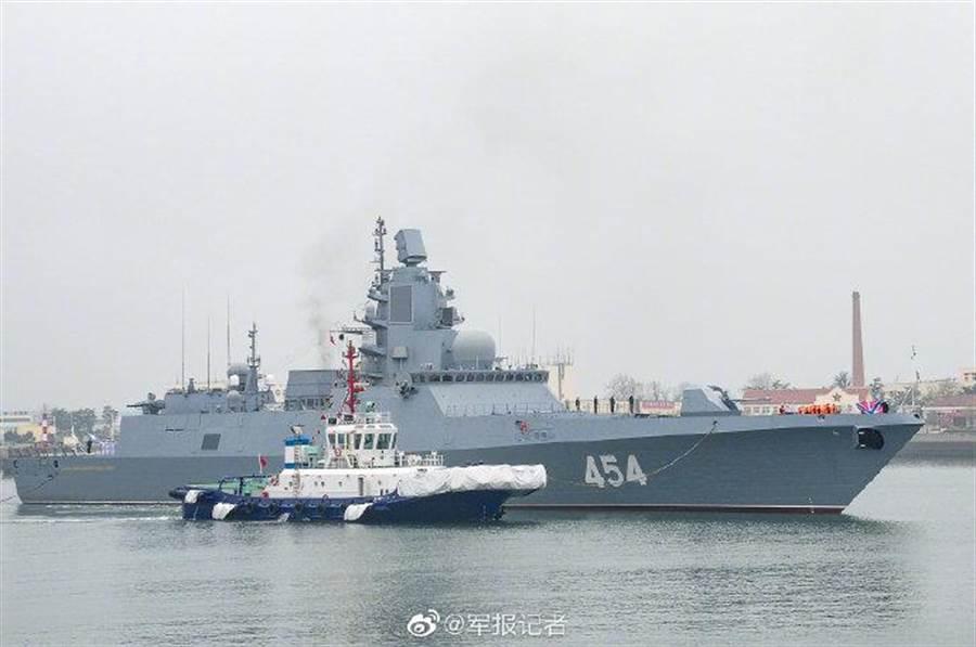 俄海軍戈爾什科夫海軍元帥號抵達青島參加國際閱艦式。(圖/微博@軍報記者)