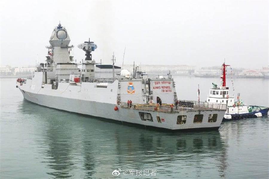 印度加爾各達號導彈護衛艦參加青島國際閱艦式。(圖/微博@軍報記者)
