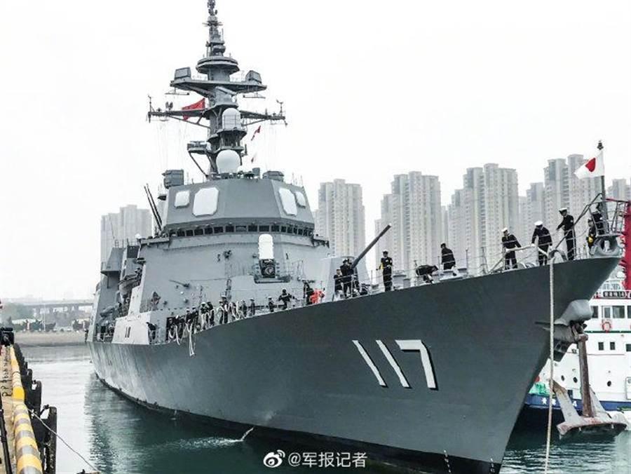 日本導彈護衛艦秋月號抵達青島參加國際閱艦式。(圖/微博@軍報記者)