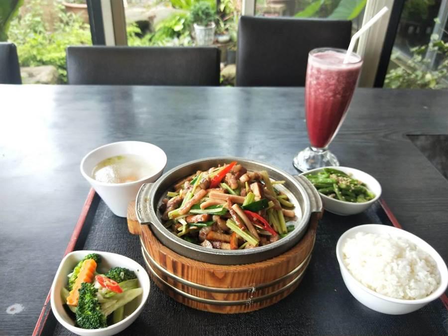 金牌客家小炒可升級成個人簡餐,搭配季節性桑葚汁,吃出健康及美味。(陳淑娥攝)