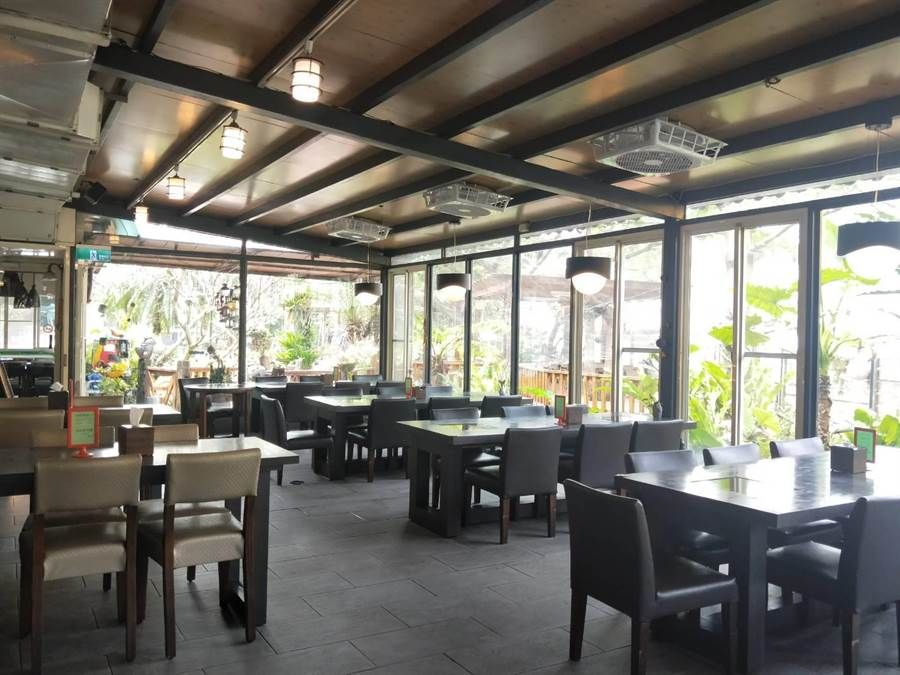 「淺嚐」時尚料理廚房屬於庭院式餐廳,適合全家人或三五好友相約用餐。(陳淑娥攝)