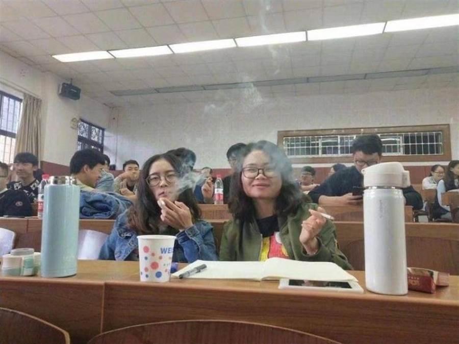 品吸課讓大學生抽菸草品鑑(圖片取自/微博)